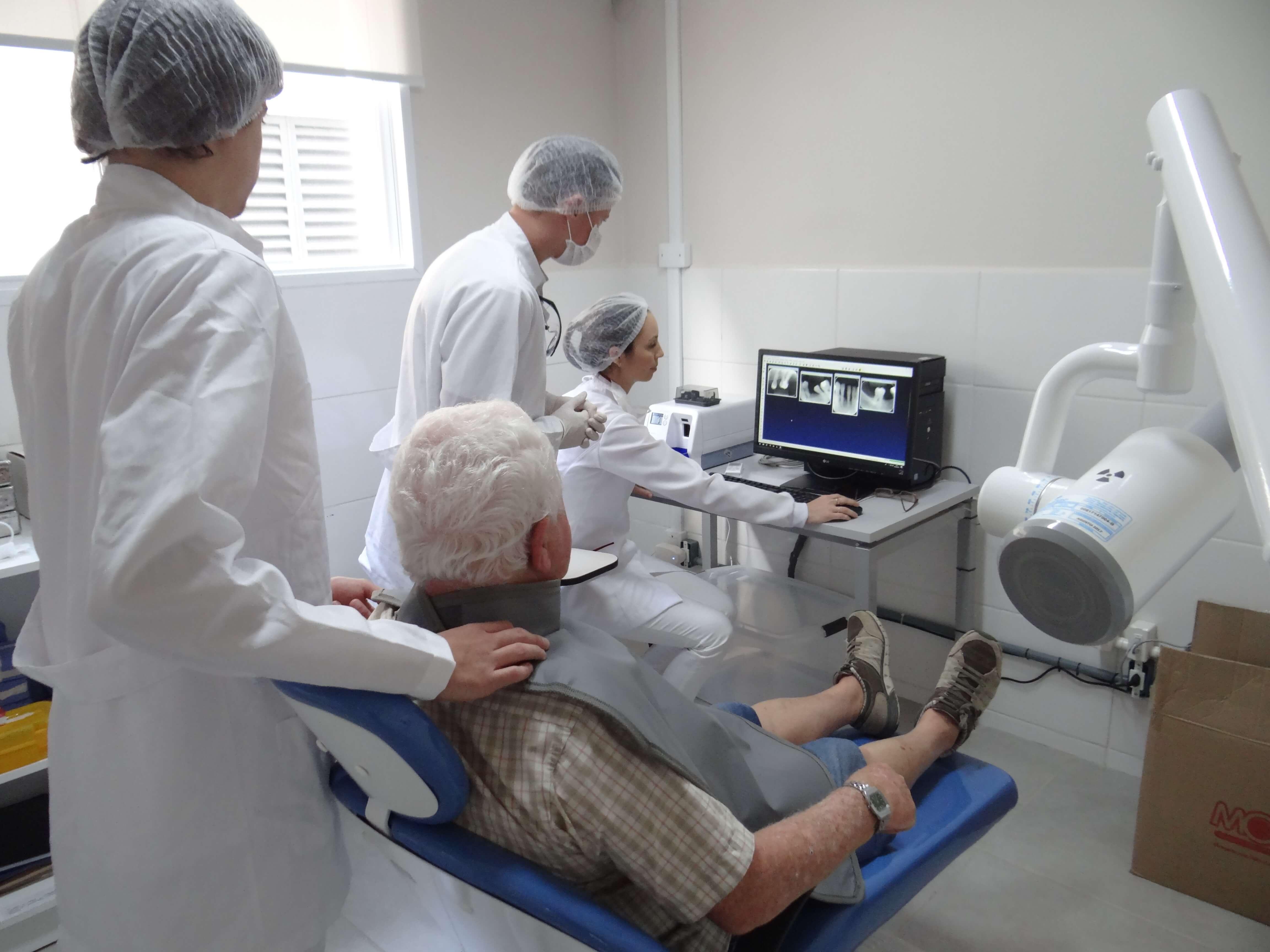 UCPel: alunos da odontologia prestam atendimento em clínicas do curso no Campus Saúde