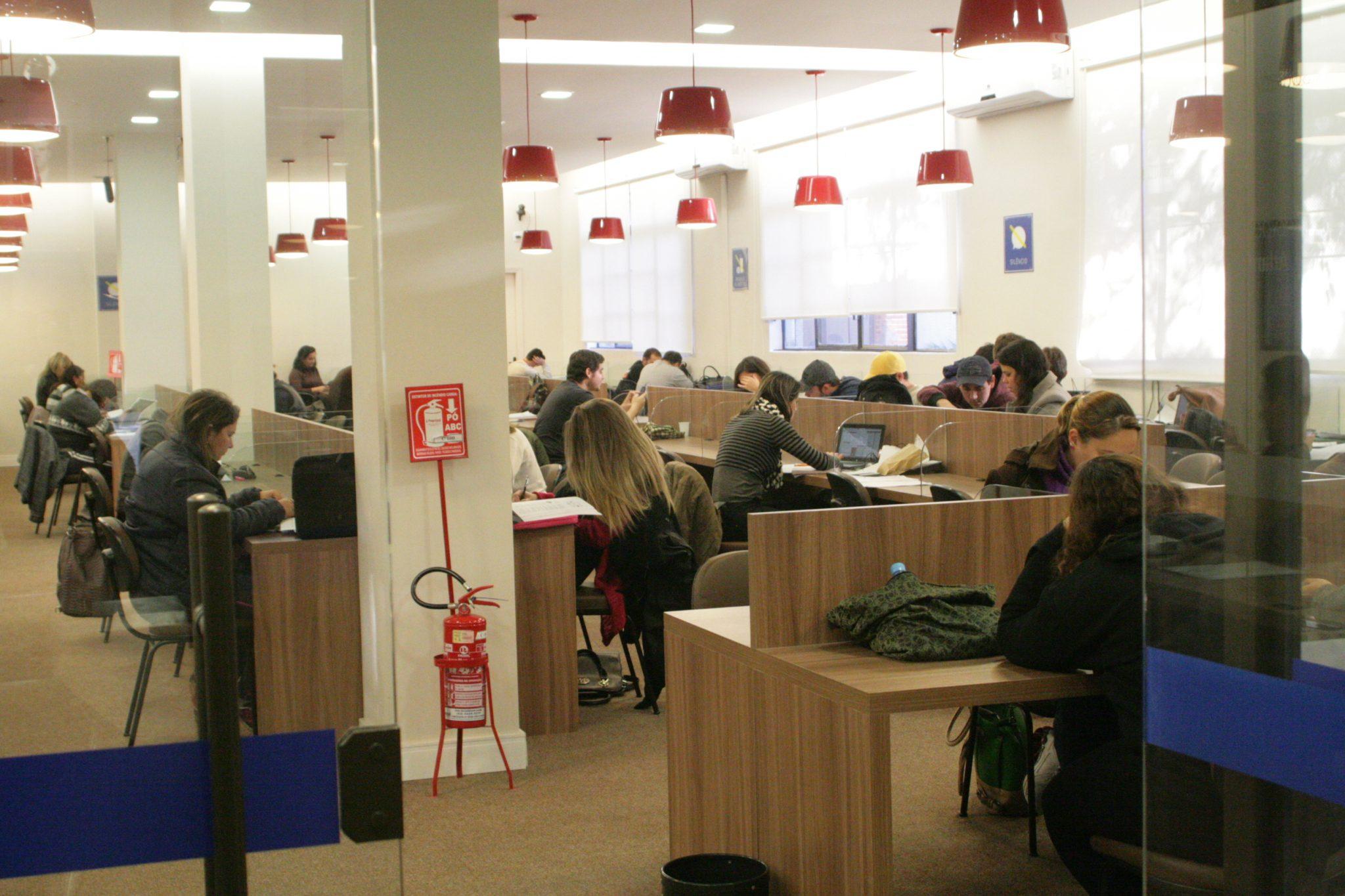 alunos-na-biblioteca-ucpel-universidade-estudar