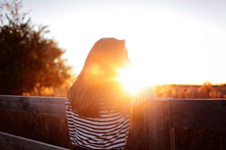 mulher contra o pôr do sol