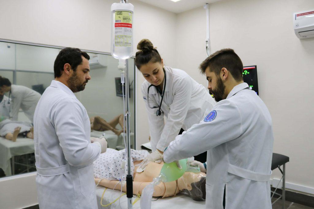 Ranking Universitário da Folha (1): alunos de medicina em simulação de atendimento prático