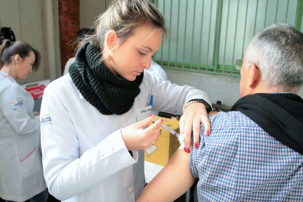 Ranking Universitário da Folha: aluna da enfermagem aplica vacina em idoso