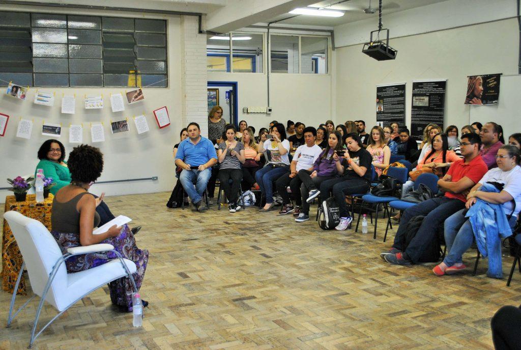 Ranking Universitário da Folha: grupo ouve palestra em atividade do curso de serviço social