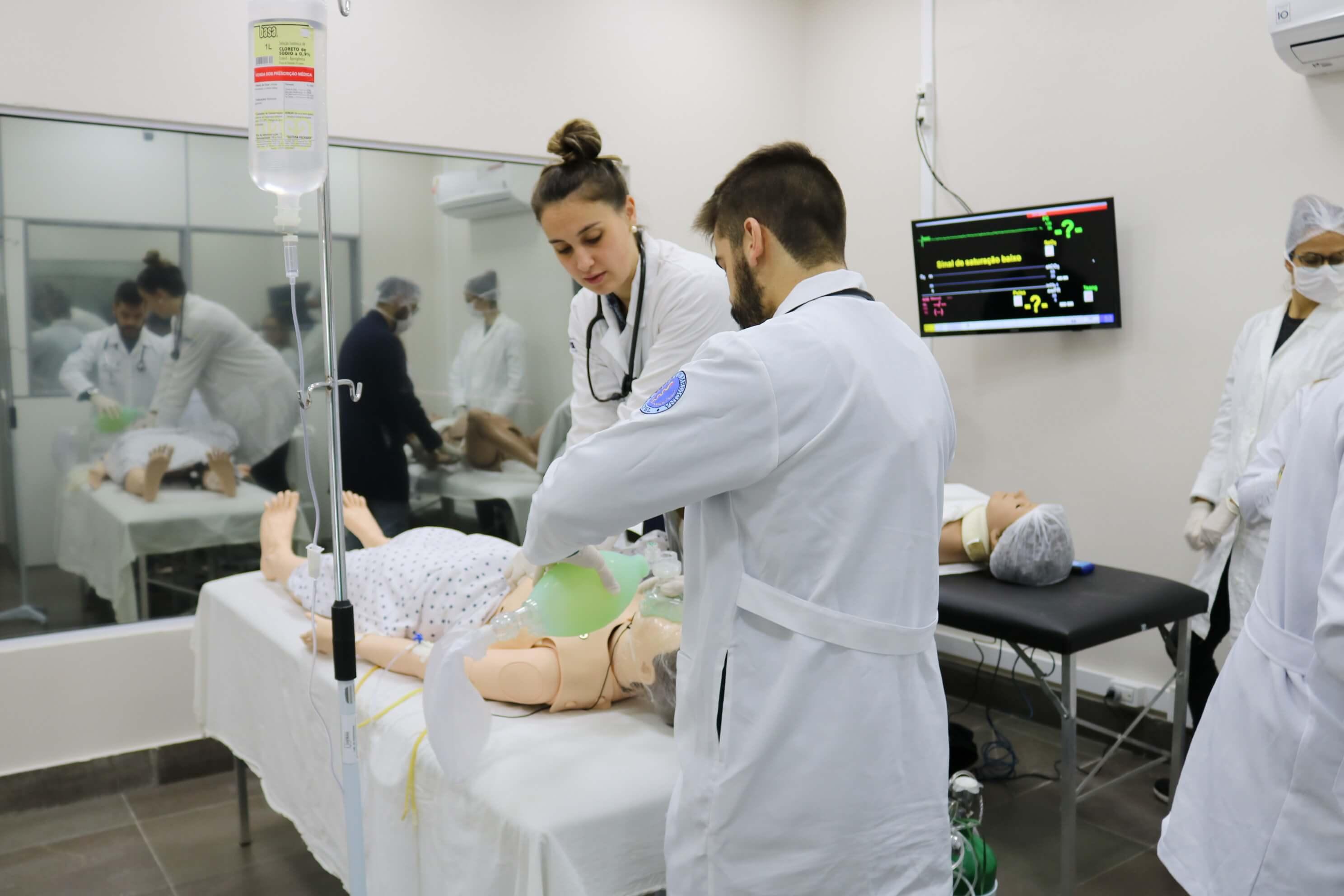 Alunos da Medicina da UCPel em aula de simulação realística