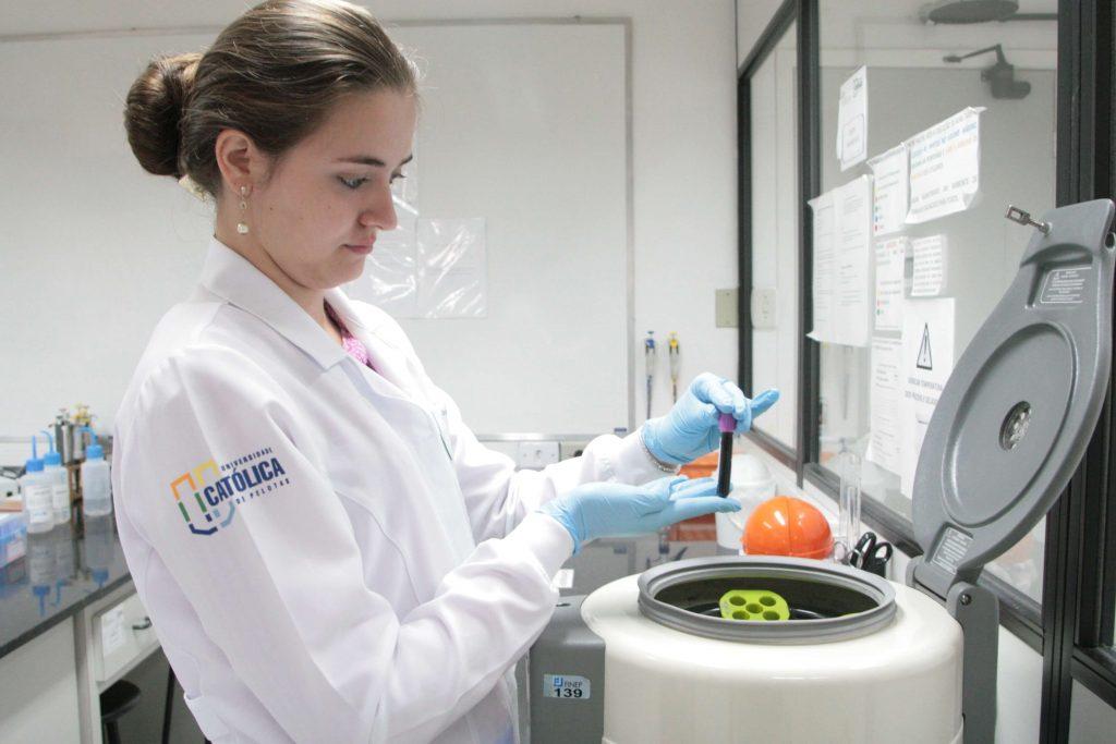 Laboratório de neurociências clínicas UCPel: aluna desenvolve análises.