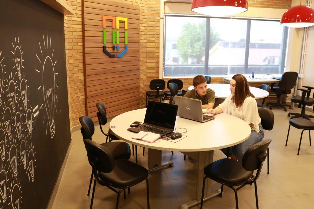 UCPel e as novas gerações: incubados do ciemsul trocando ideias em espaço coworking
