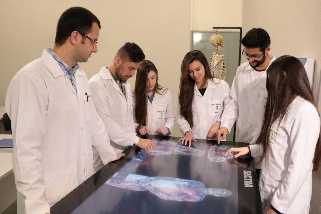 Estrutura da UCPel - tecnologia no ensino, alunos de Medicina utilizam mesa sectra, dispositivo para estudo da anatomia humana em três dimensões.