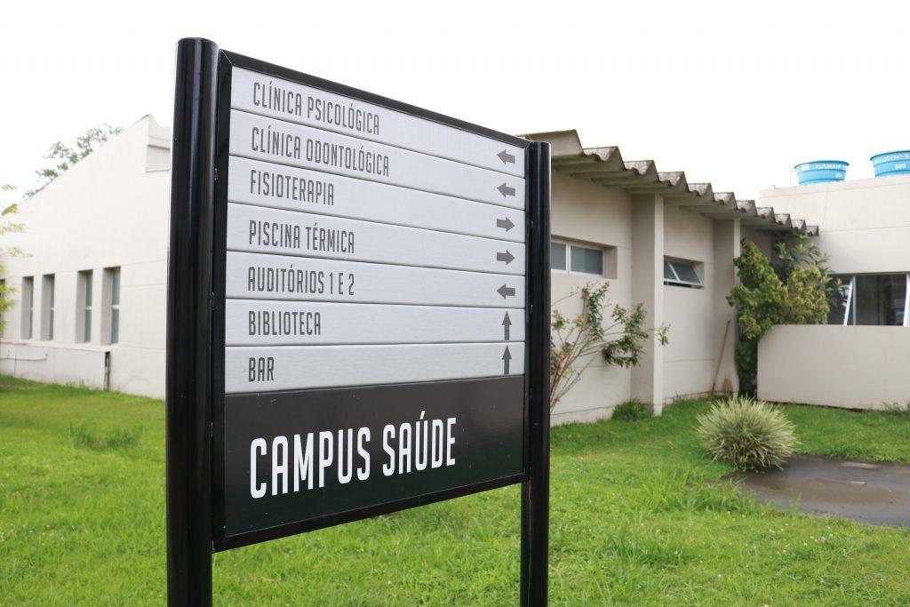 Estrutura da UCPel - placa do Campus Saúde com informações sobre as clínicas do campus