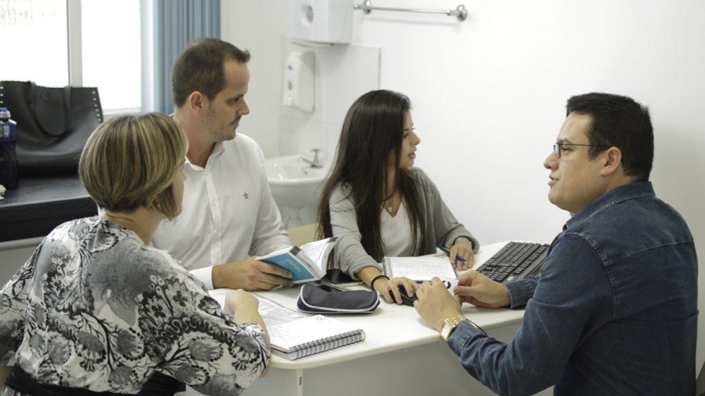 Pacientes Jurídicos UCPel: três acadêmicos interagem com a professora coordenadora em atendimento na Unidade Básica de Saúde Sanga Funda.