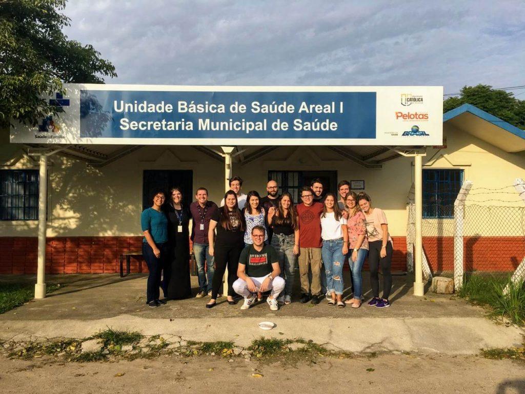 Intercâmbio nacional: alunos de Medicina posam junto com a intercambista bahiana, Ende dos Santos, em frente à Unidade Básica de Saúde Areal I, administrada pela UCPel.