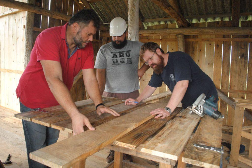 aluno de Arquitetura e Urbanismo junto com professores executa construção de casas para a comunidade indígena Kaingang
