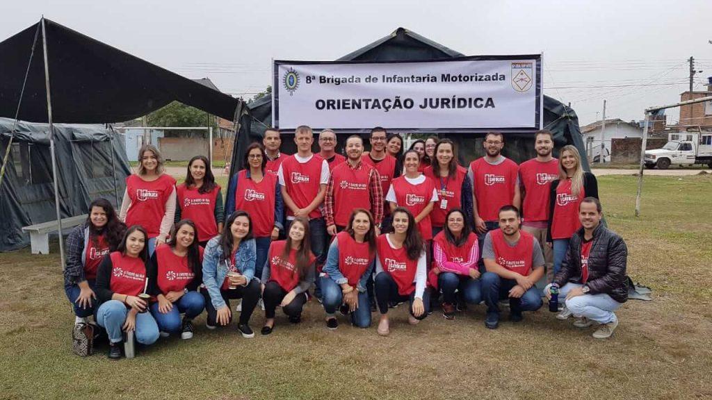 Estudantes de Direito da UCPel posam durante ação do projeto Direito na Rua, que presta atendimento jurídico em diversos bairros de Pelotas