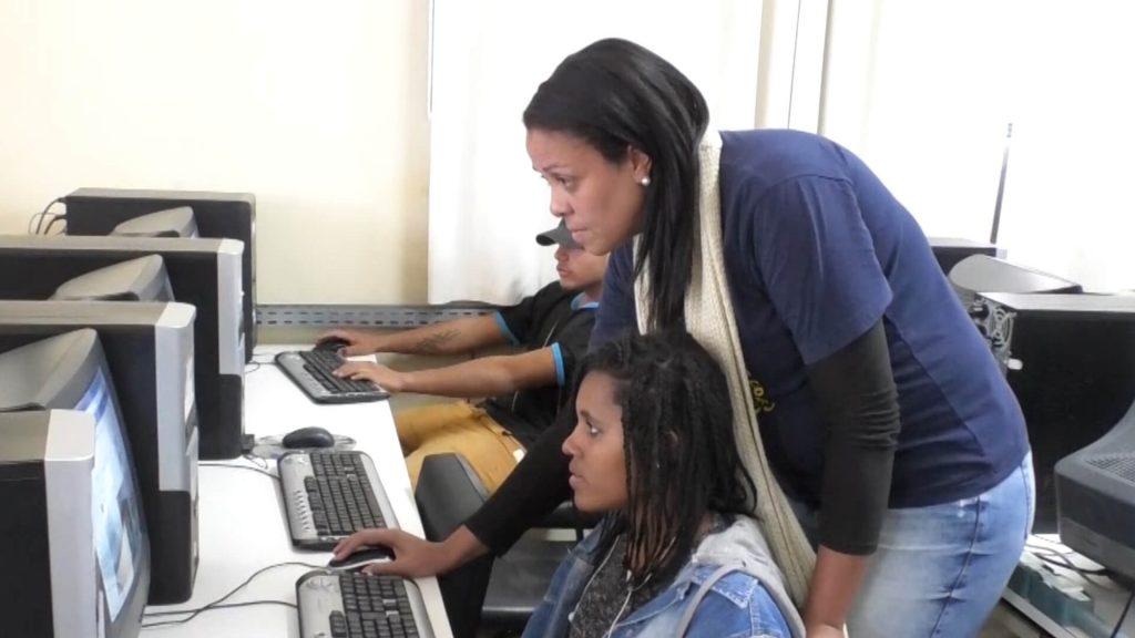 Estudante da UCPel ministra oficina de informática para crianças em vulnerabilidade social
