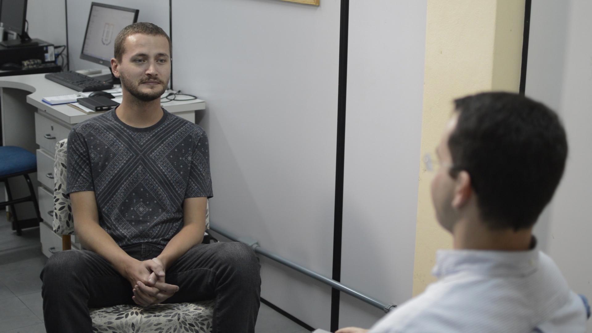 Estágio em Psicologia: Dois homens conversando.