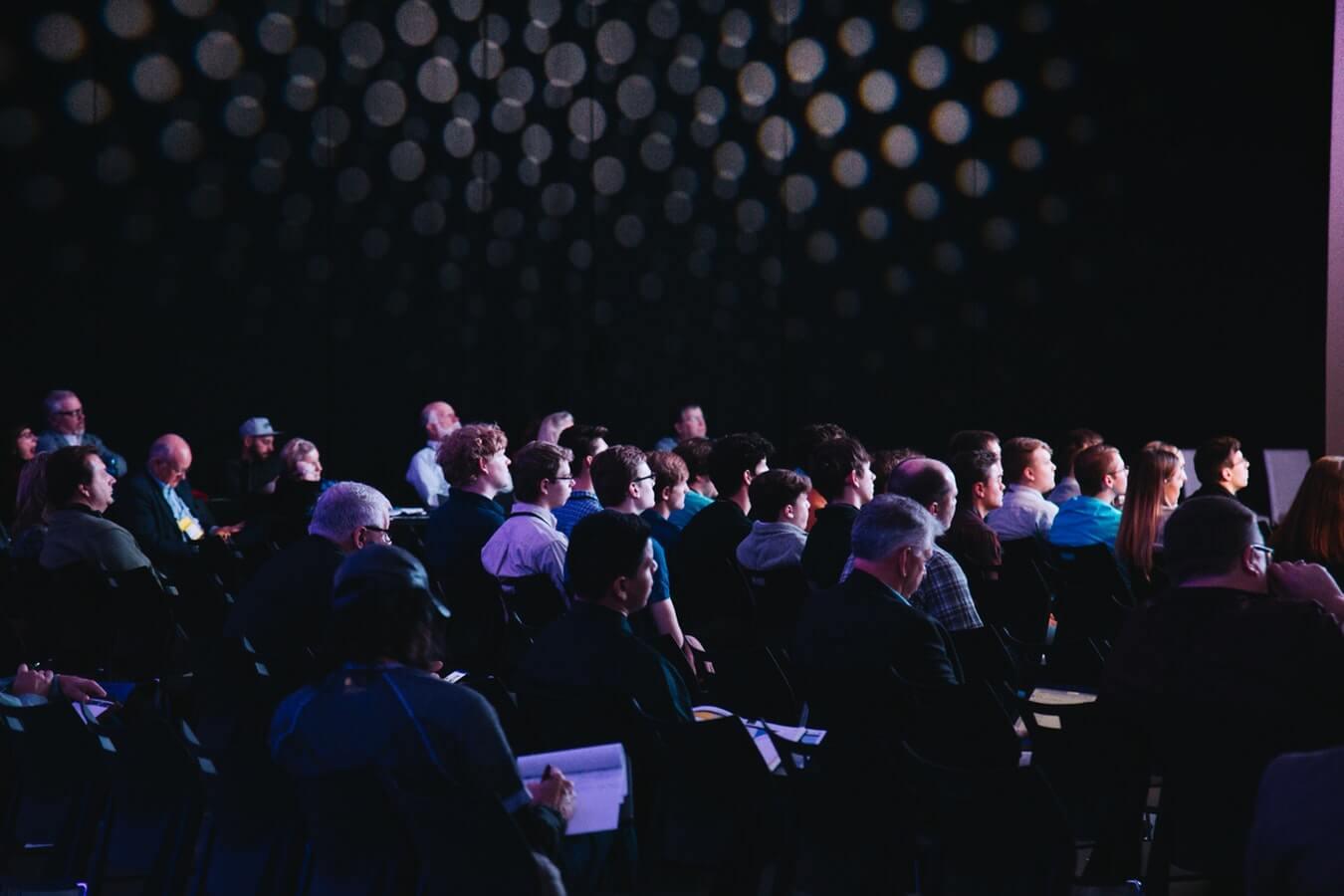Mestrado UCPel: Pessoas sentadas assistindo palestra.