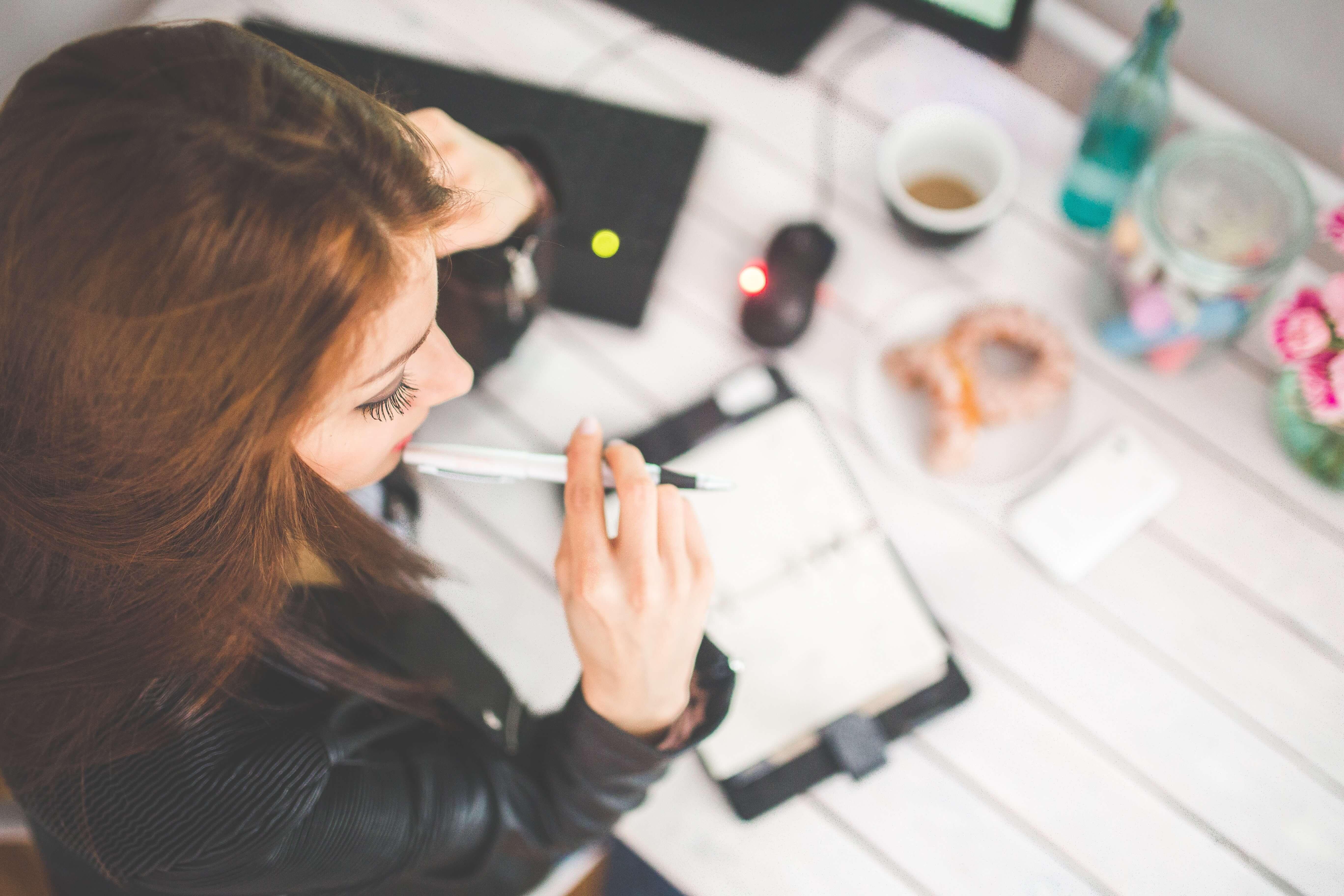 mulher-estudando-semana-provas-ucpel