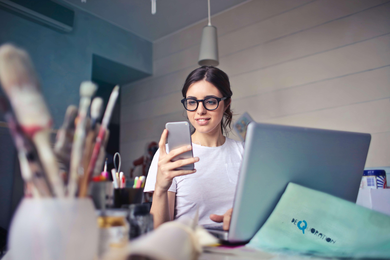 ucpel-menina-mexendo-celular-entrevista-emprego