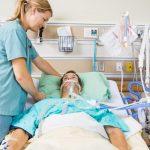 Fisioterapeuta atuando em UTI