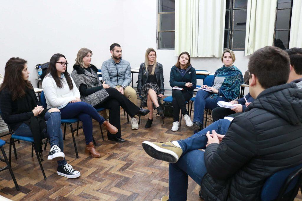 alunos e professora sentados em roda debatendo o assunto; grupo de estudos