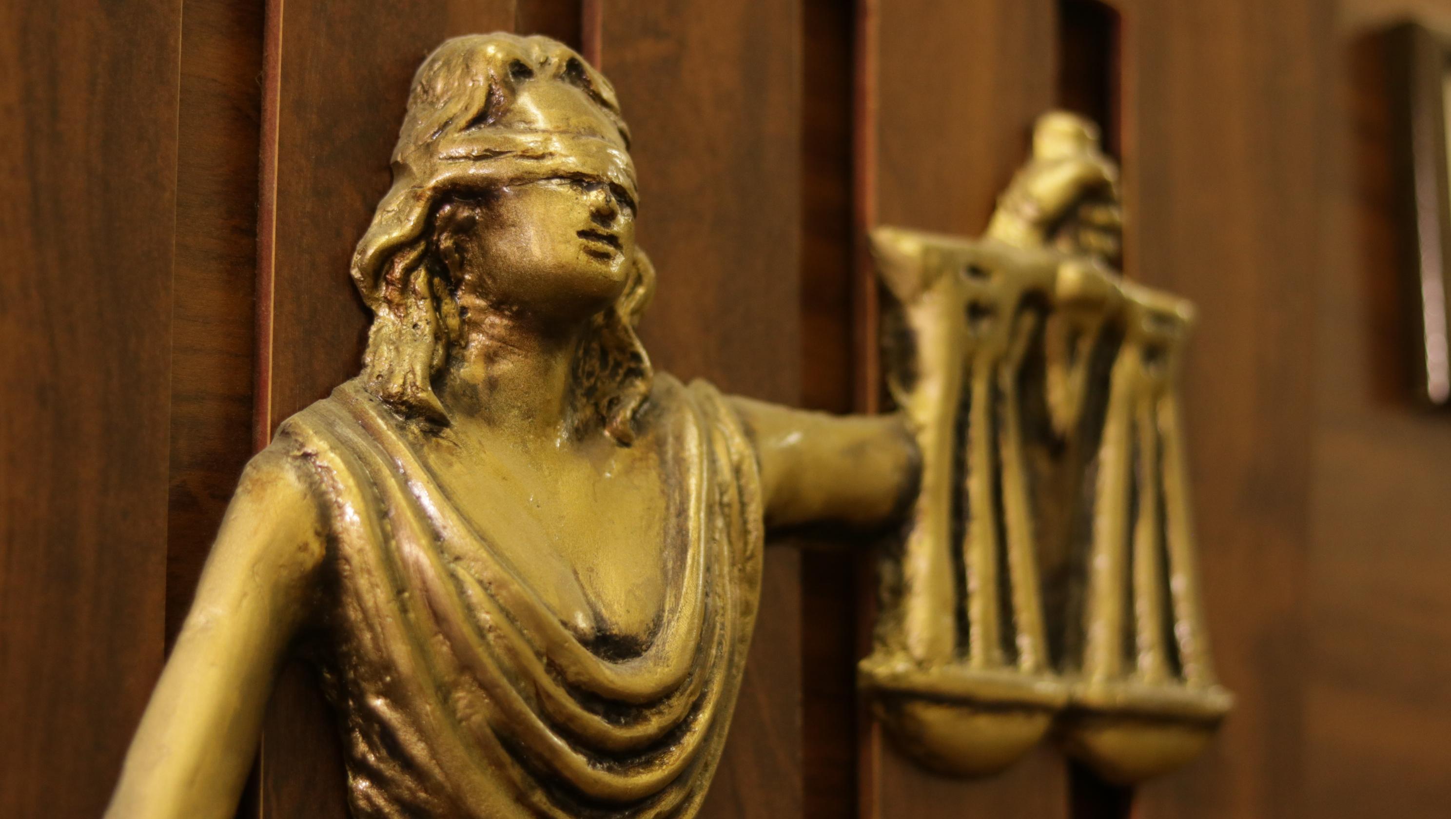 imagem do símbolo que representa o curso de direito: uma mulher com olhos vendados segurando uma balança