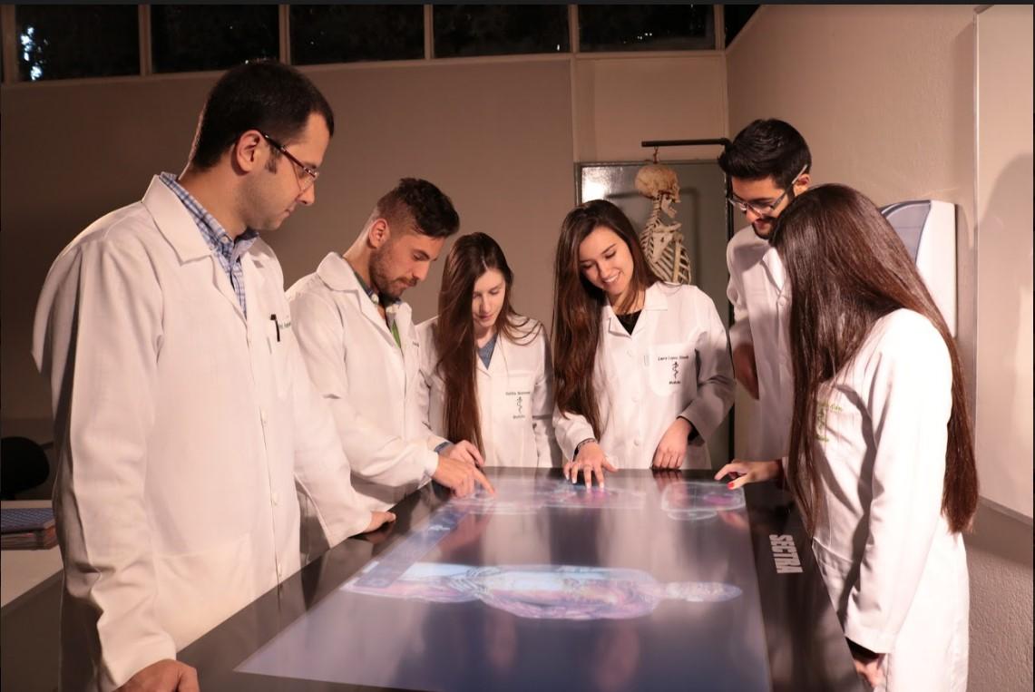 acadêmicos da UCPel utilizando a mesa sectra