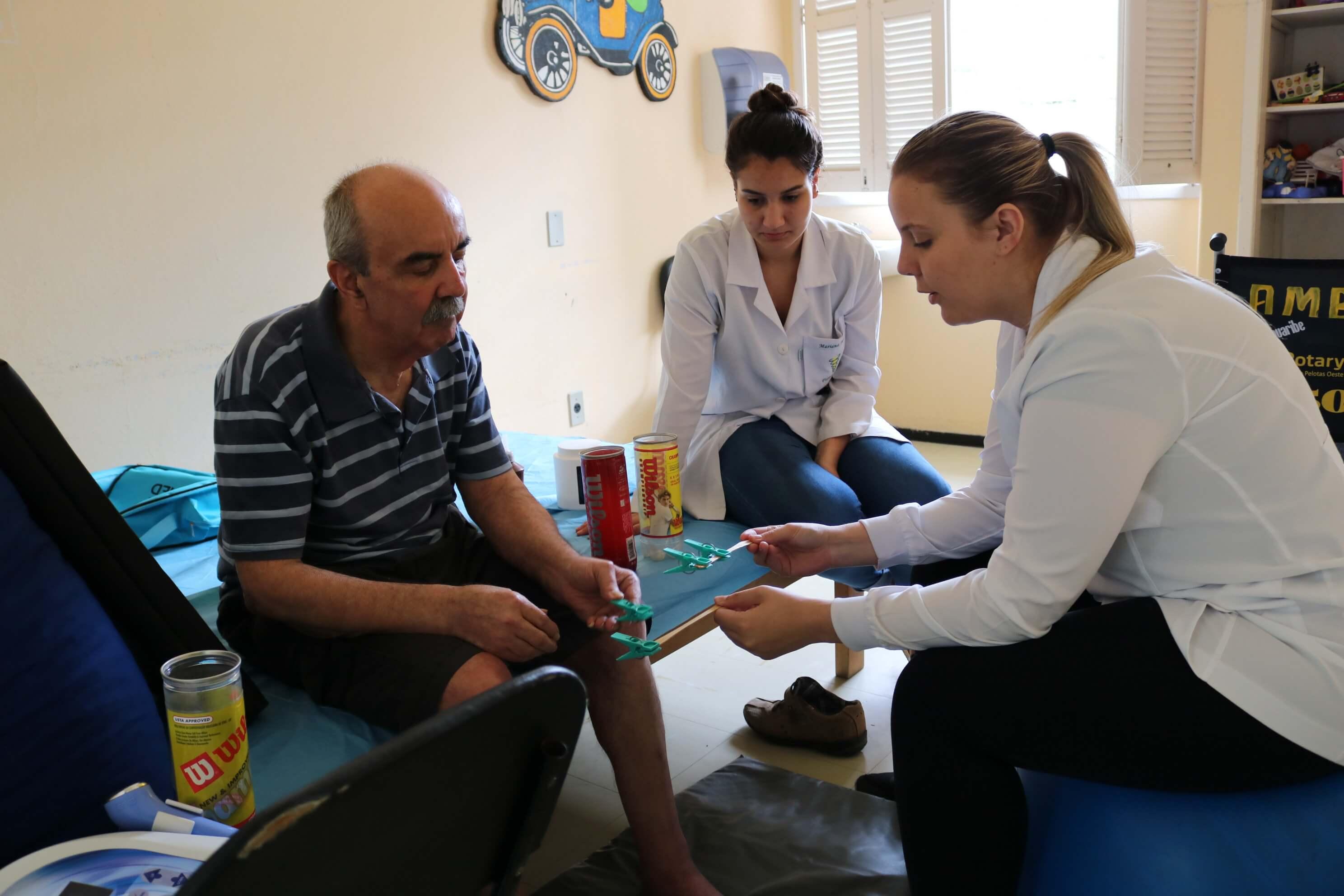 mercado-de-trabalho-estudantes-da-UCPel-alunas-da-fisioterapia-prestam-atendimento-individualizado