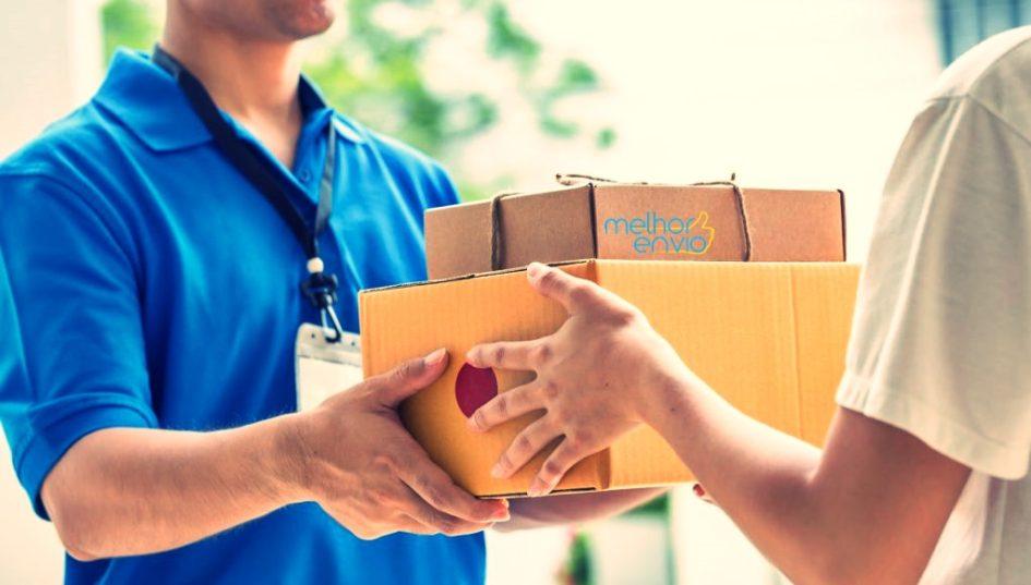 Startup Melhor Envio: foto divulgação, entregador entrega duas caixas à morador