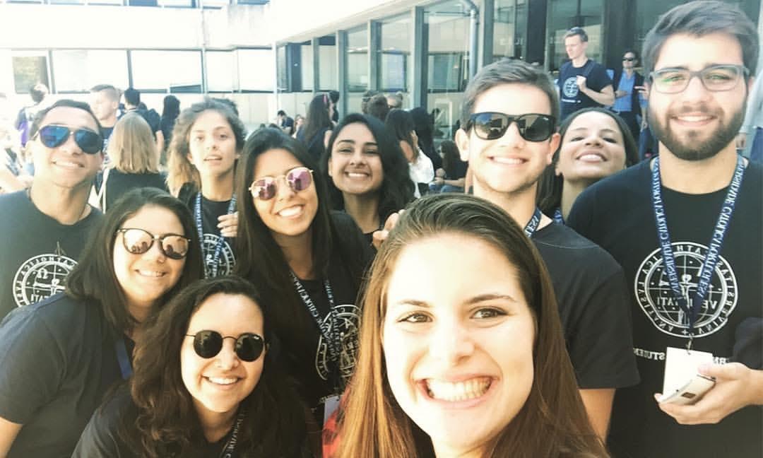 Intercâmbio em Portugal: alunos de Direito na UCPel posam em foto com acadêmicos de instituições portuguesas