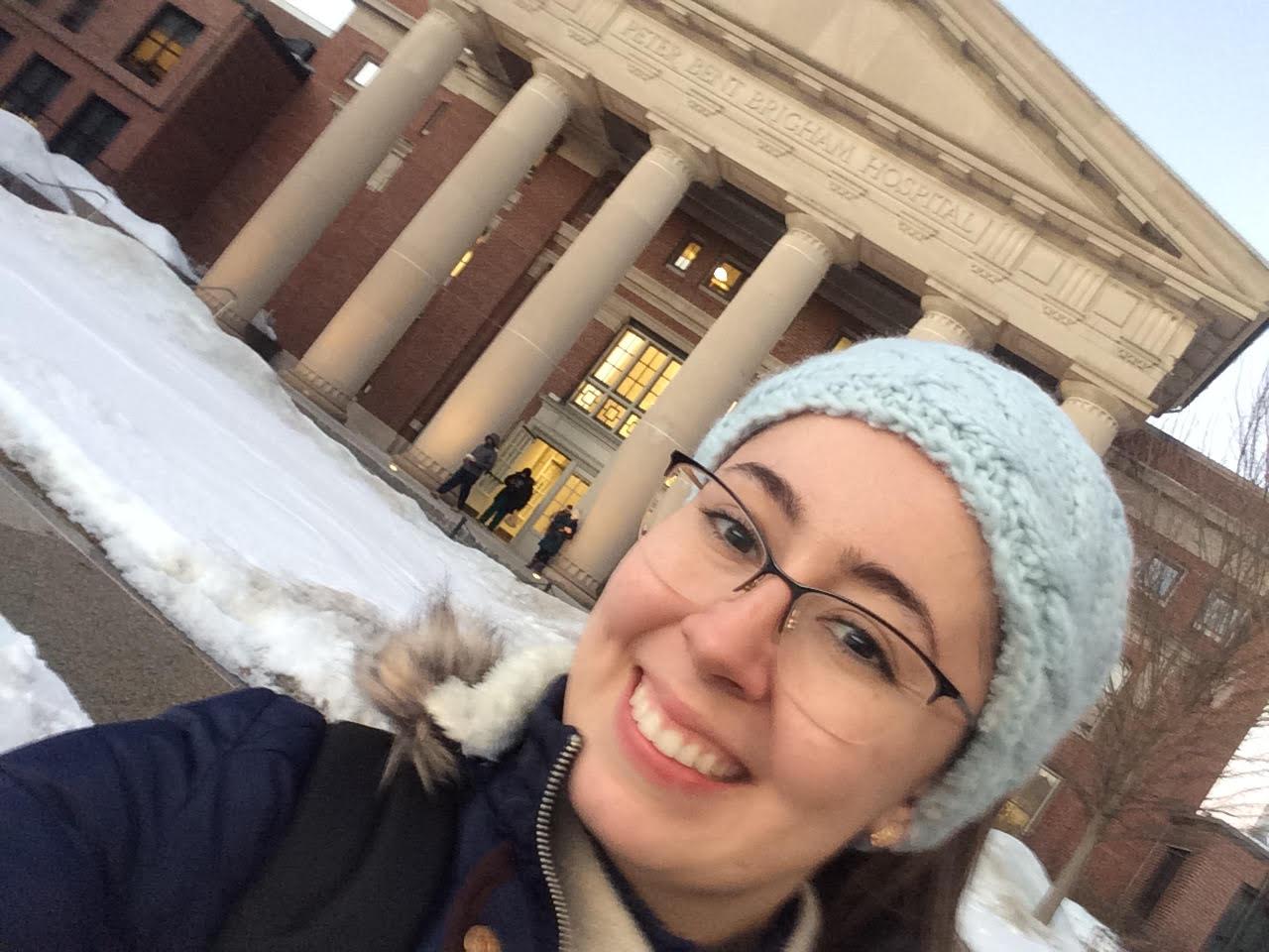 Estudante Camila em frente ao hospital em Boston
