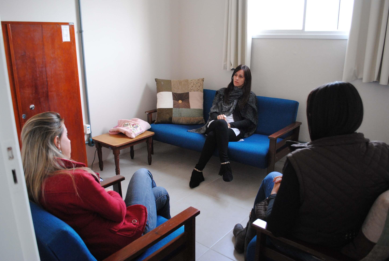 Três mulheres conversando em orientação vocacional