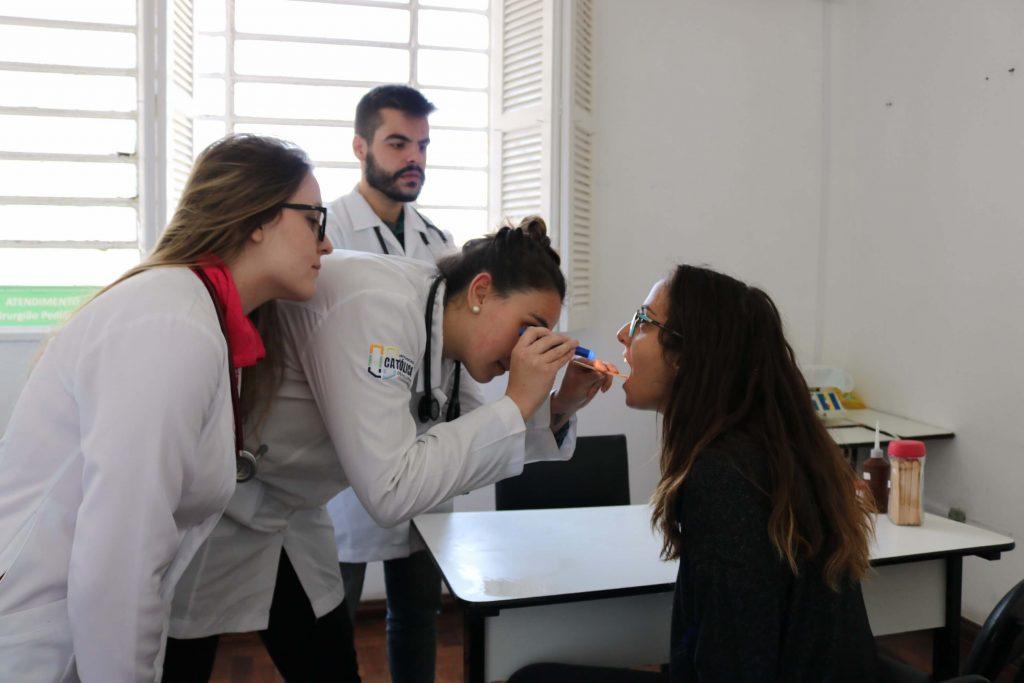 Estudantes de medicina da UCPel em atendimento prático