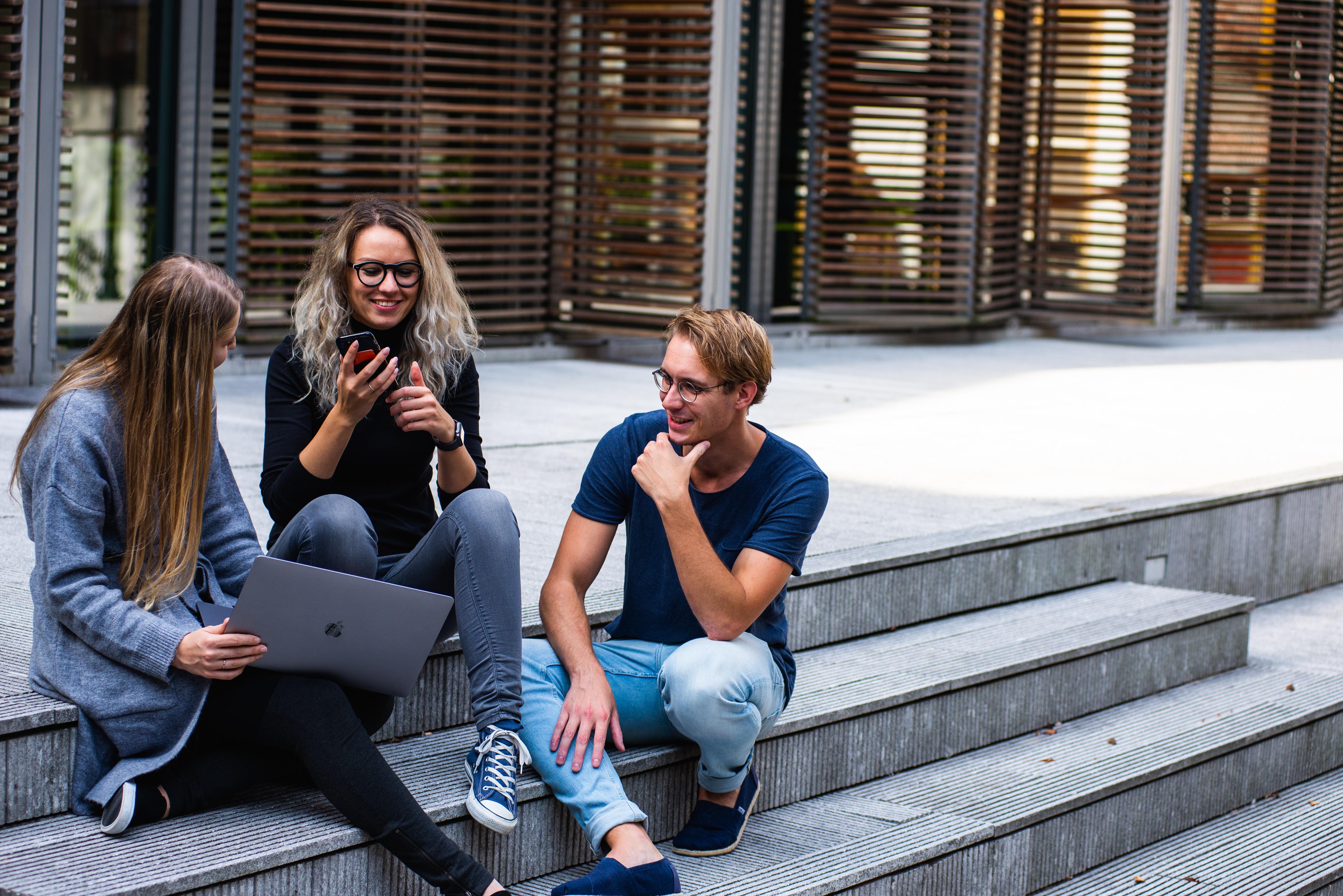 jovens-sentados-diferenças-universidades