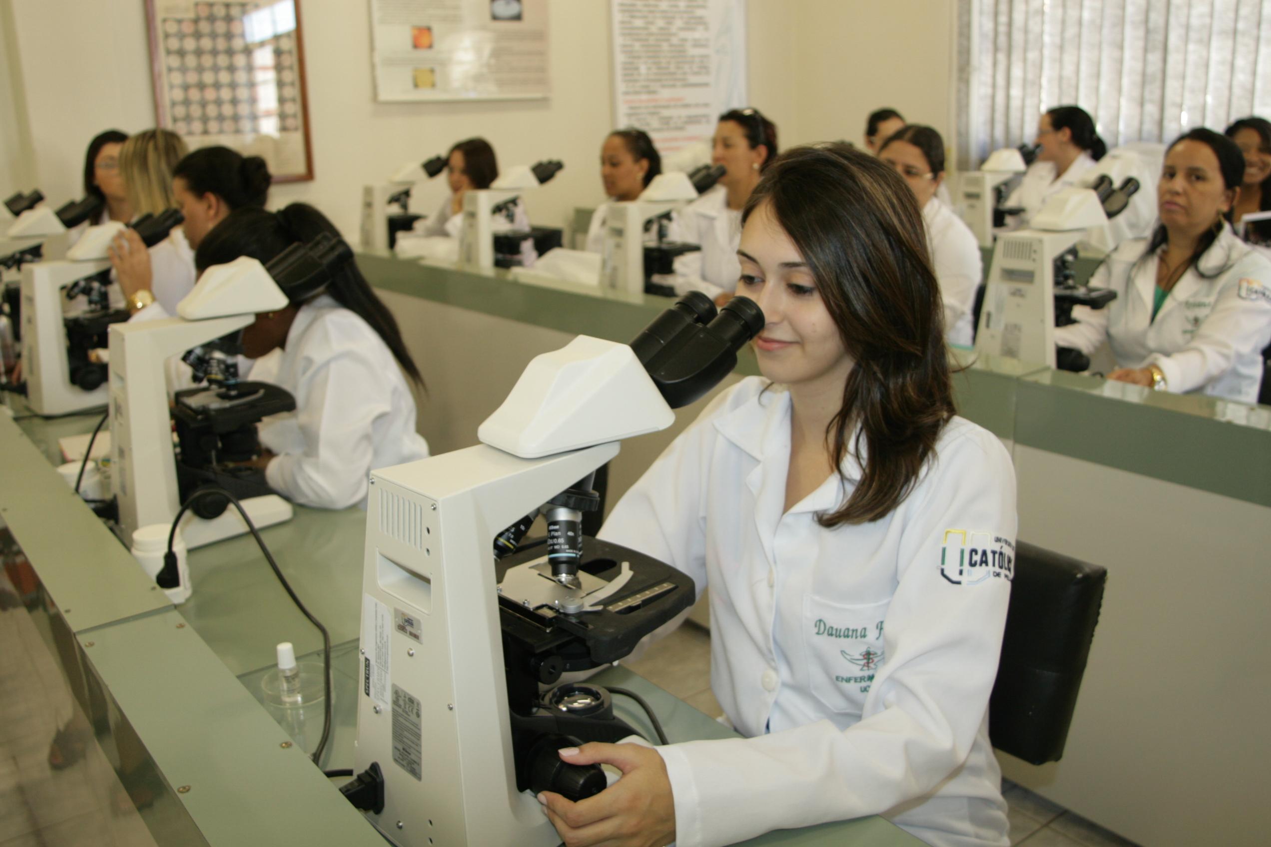 microscópios-sendo-testados-com-novos-alunos