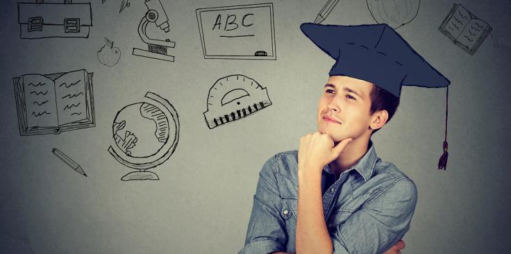Professor no mercado de trabalho: homem com a mão no queixo, com olhar de dúvida