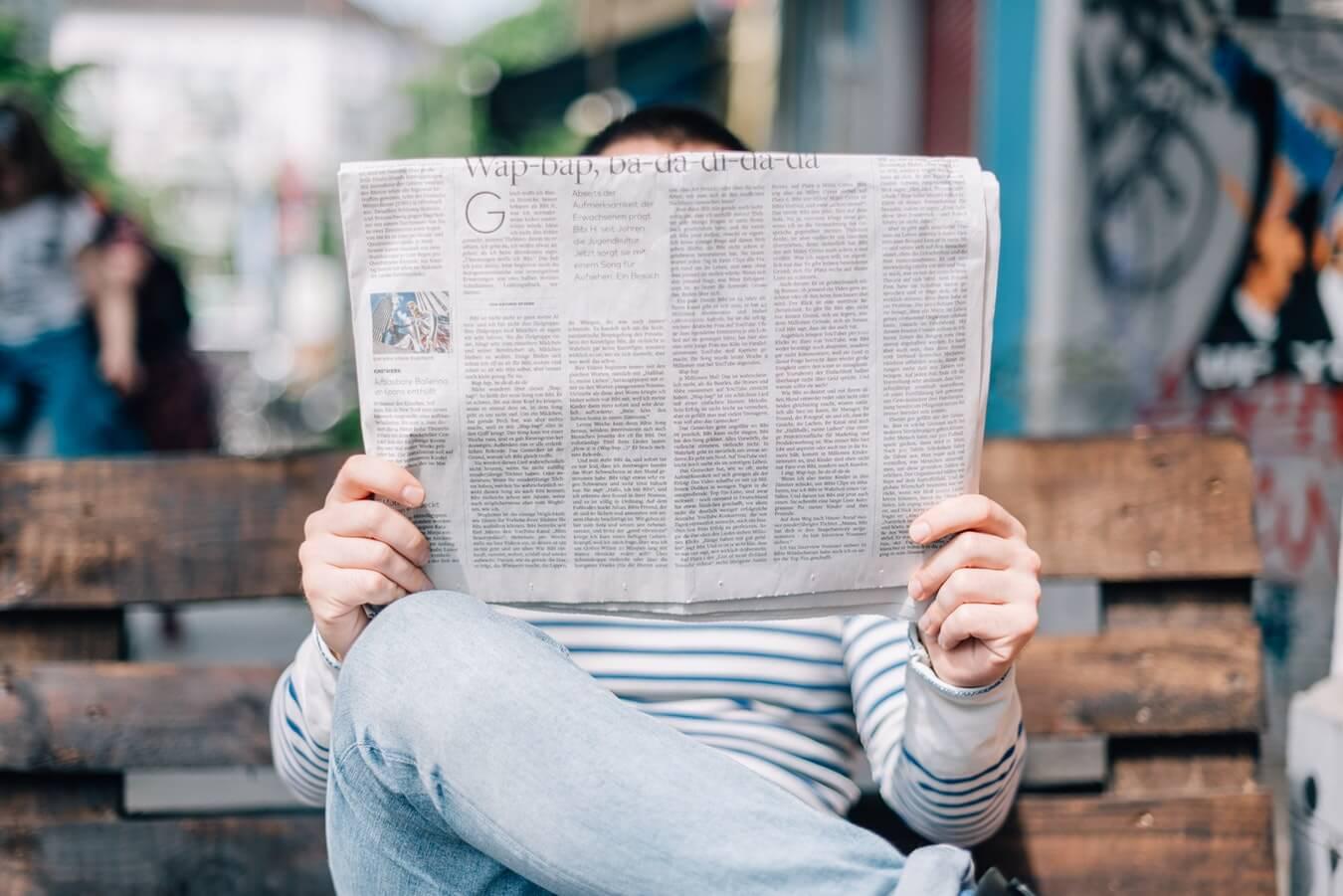 pessoa lendo jornal