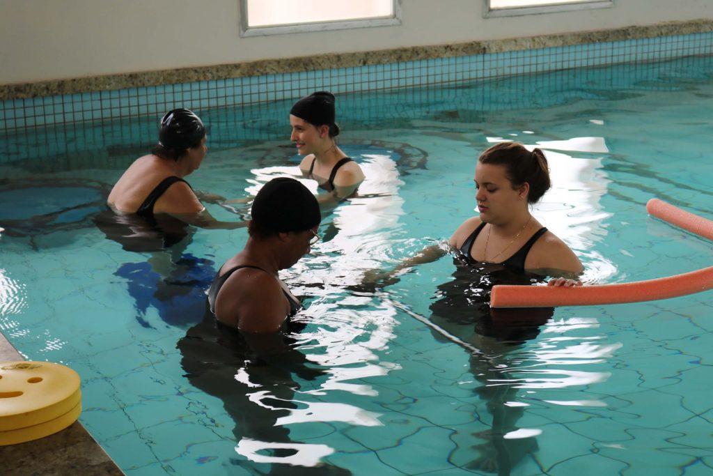 alunas de Fisioterapia da UCPel prestam atendimento em piscina terapêutica