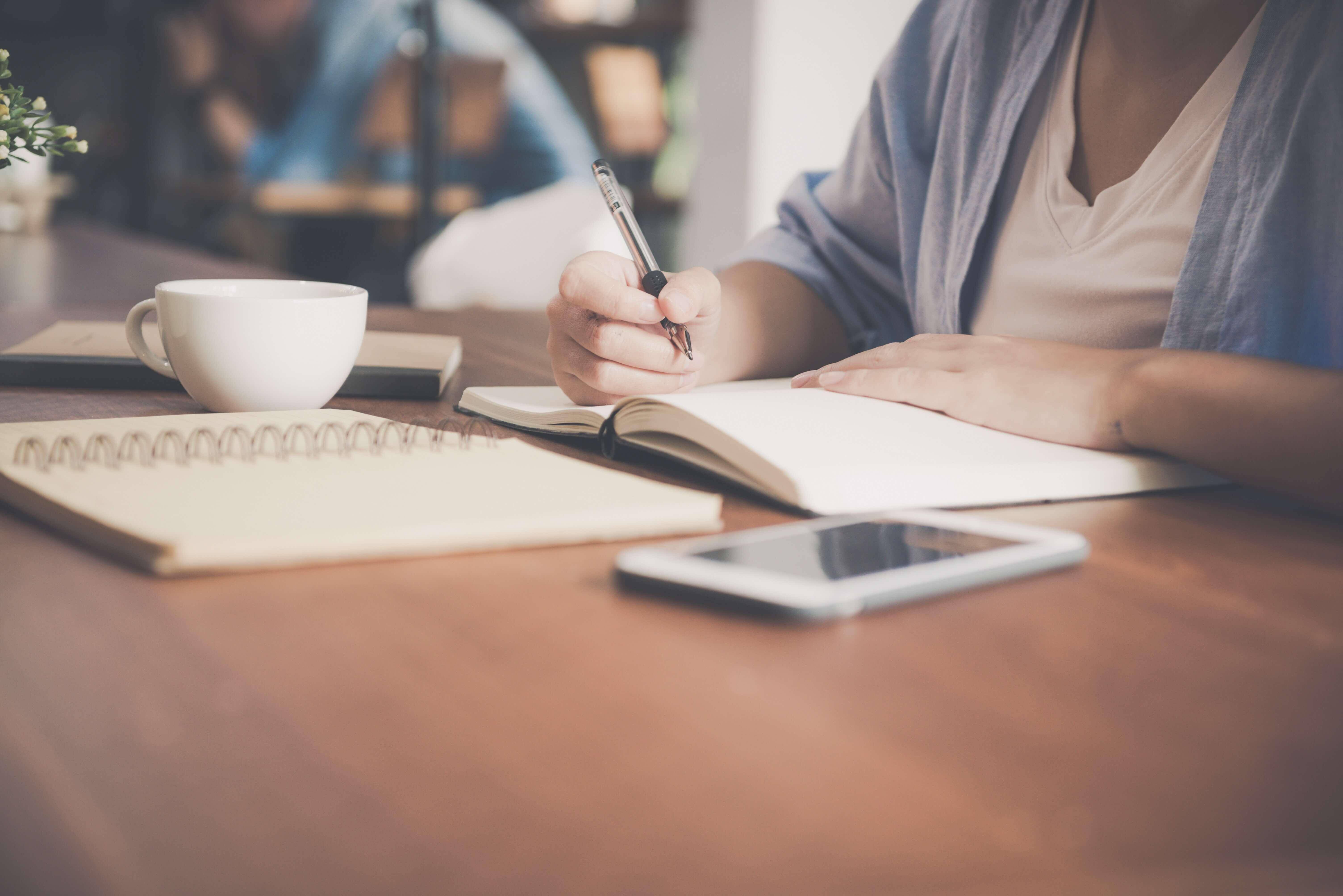 mulher-estudando-semana-de-provas-ucpel