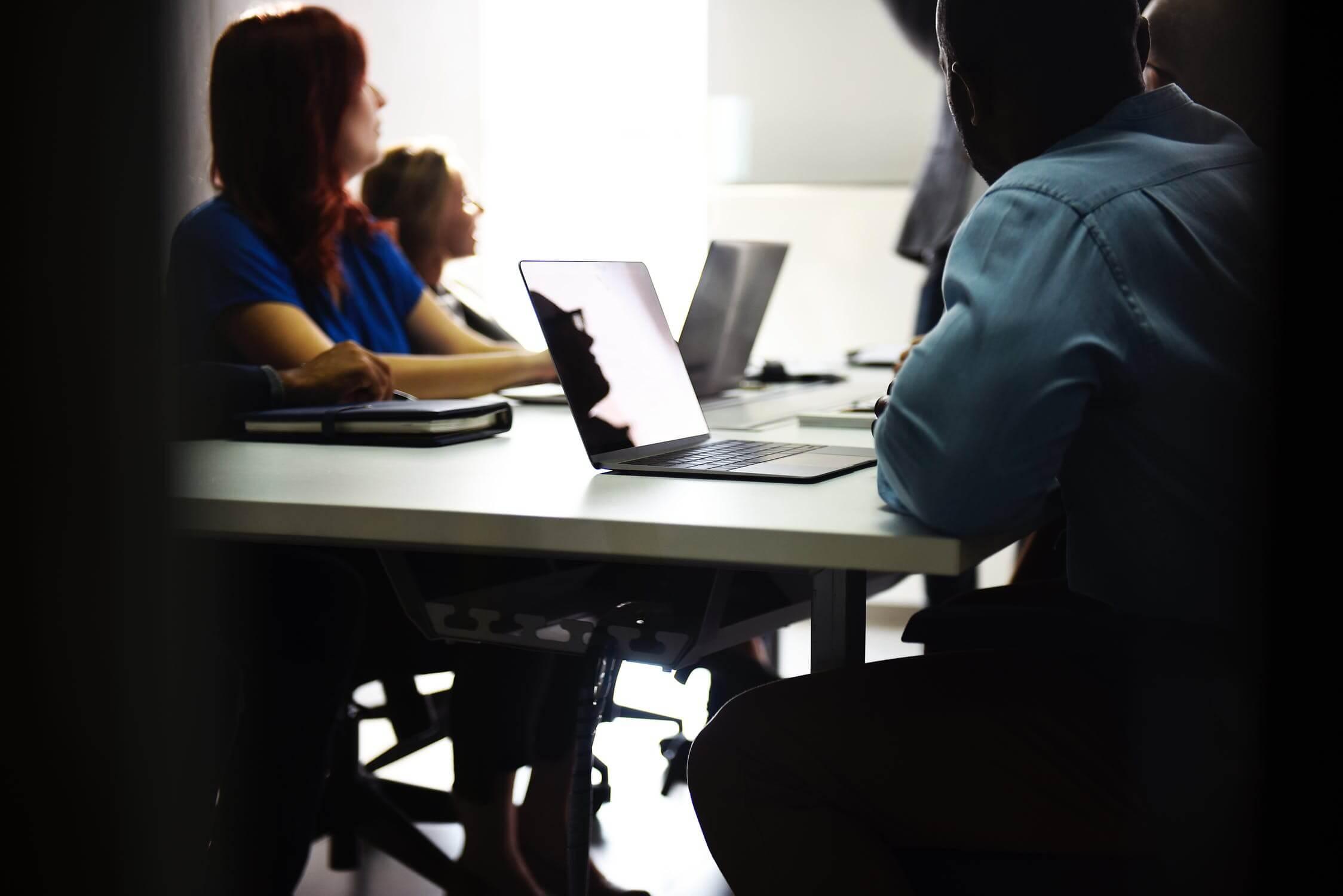 Mestrado UCPel: Pessoas sentadas à mesa de estudos