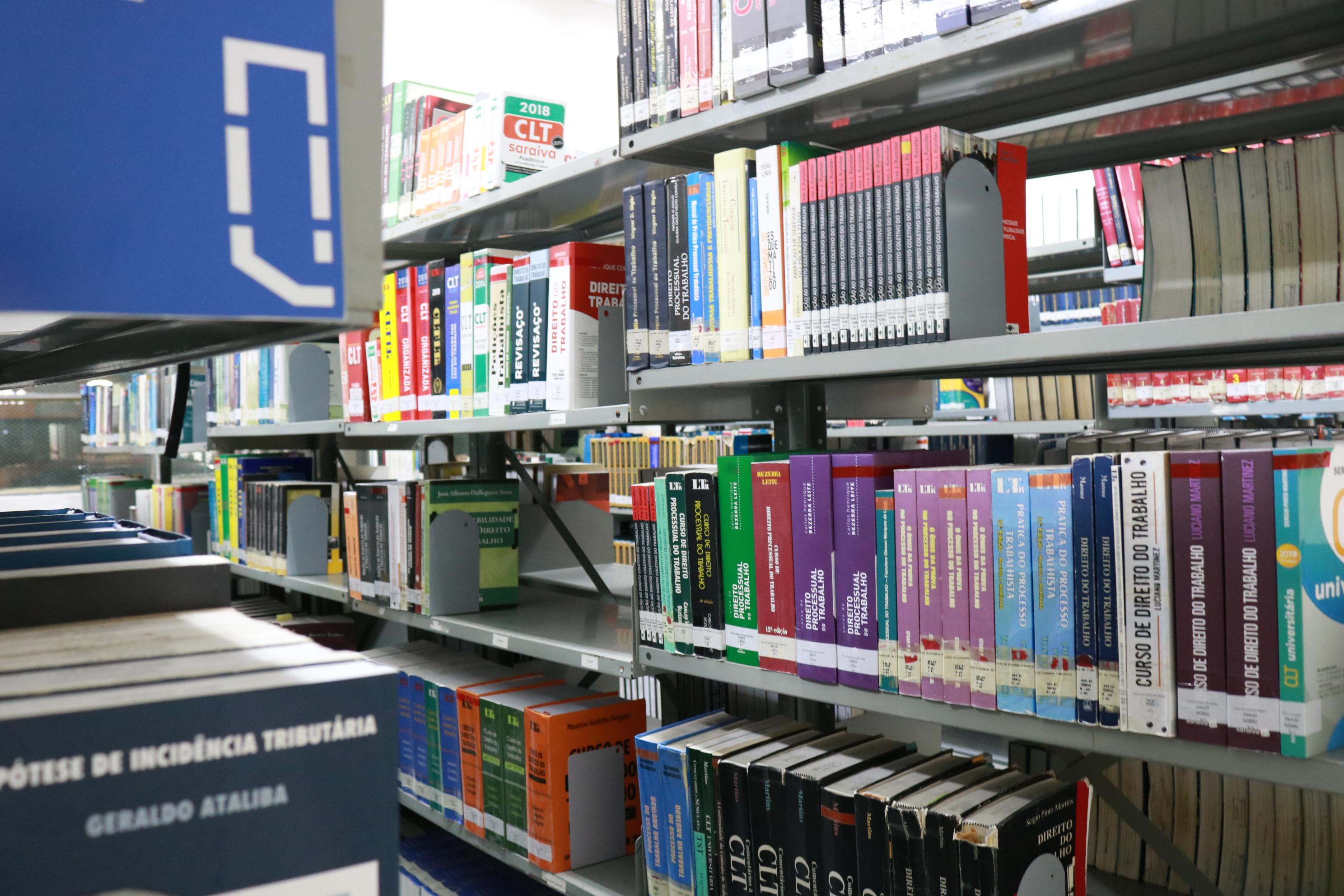 foto que mostra os livros da Biblioteca UCPel