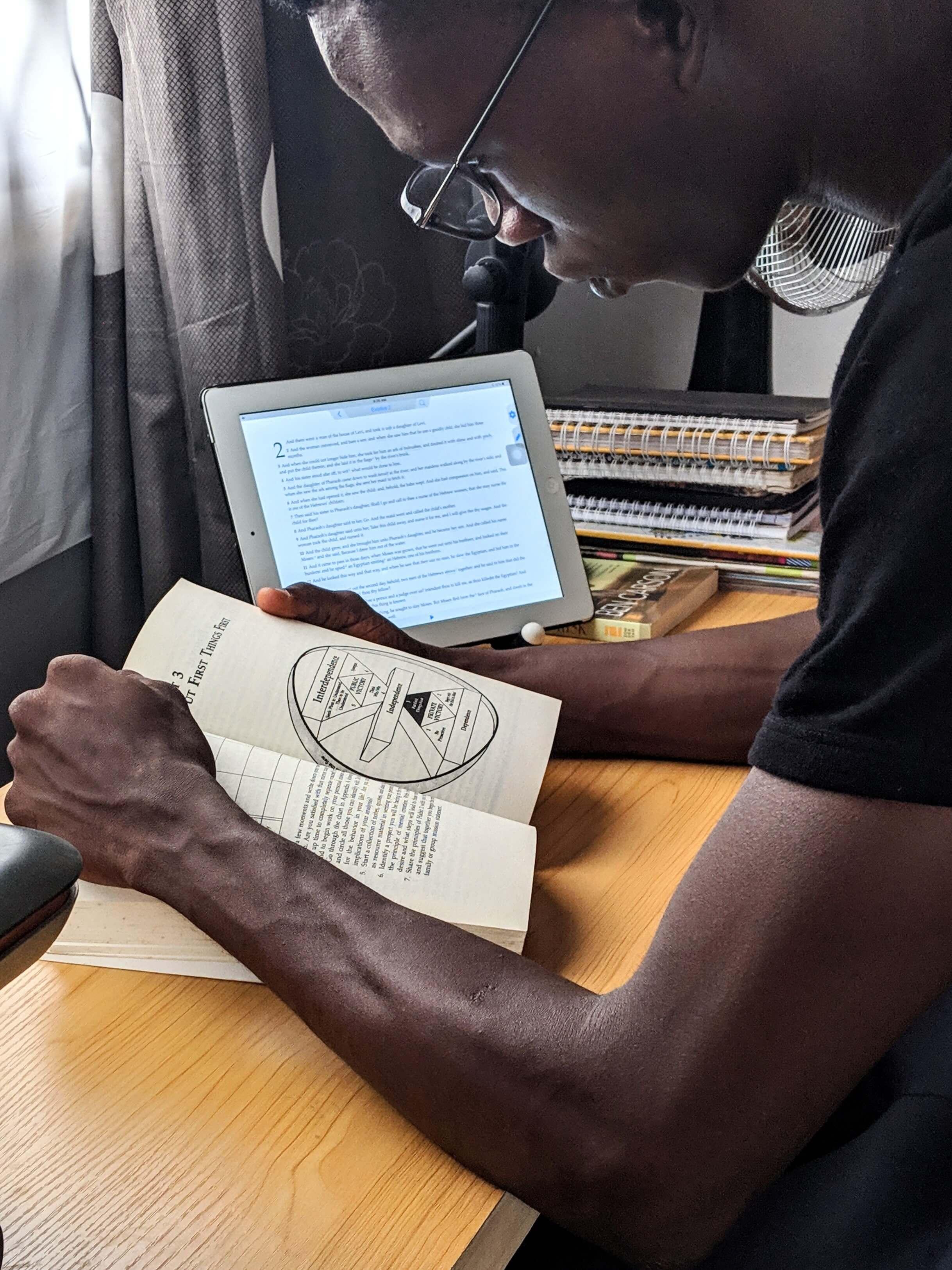 ucpel-estudos-alunos-lendo