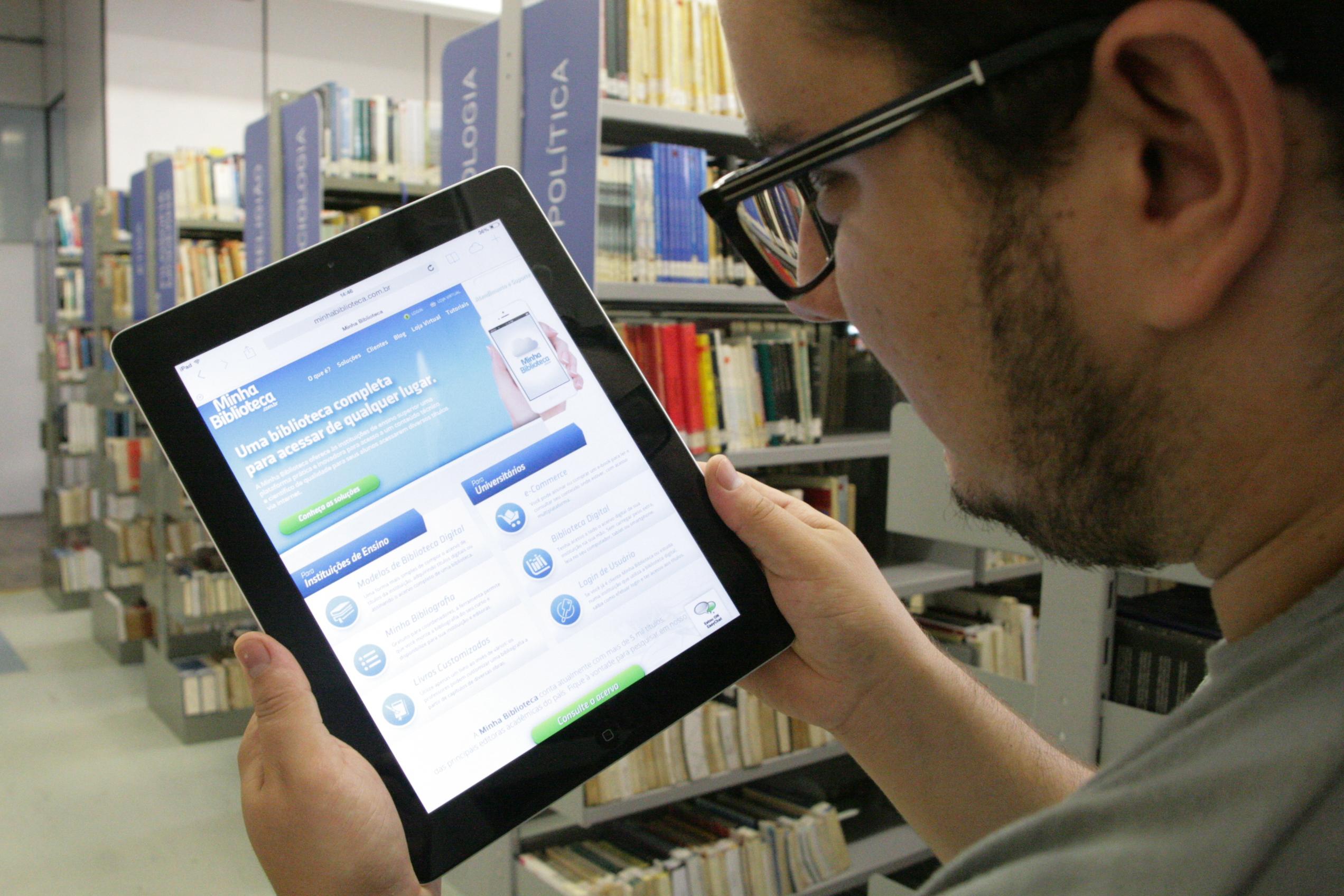 Aluno acessando biblioteca virtual da UCPel