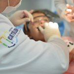 Paciente sendo atendido por acadêmico da UCPel