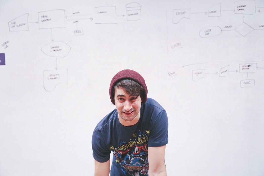 homem em frente a um quadro branco com escritas