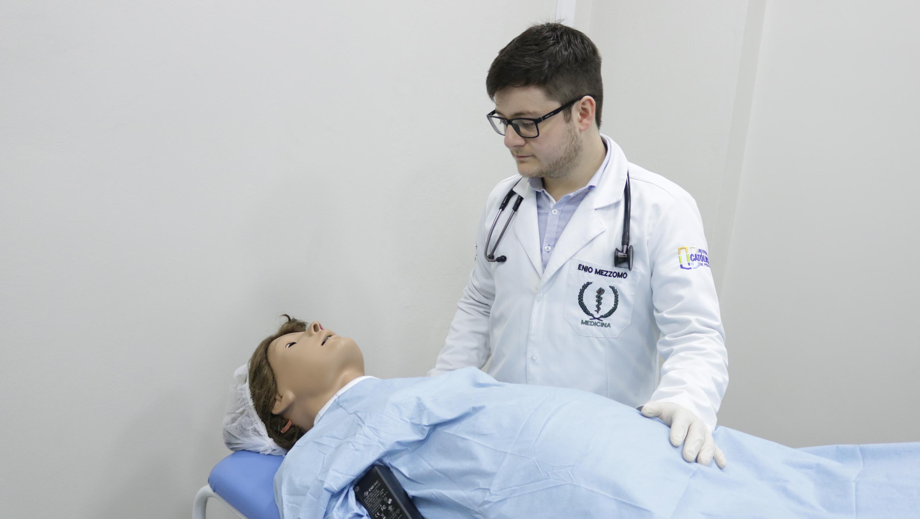 acadêmico da medicina com manequim de simulação
