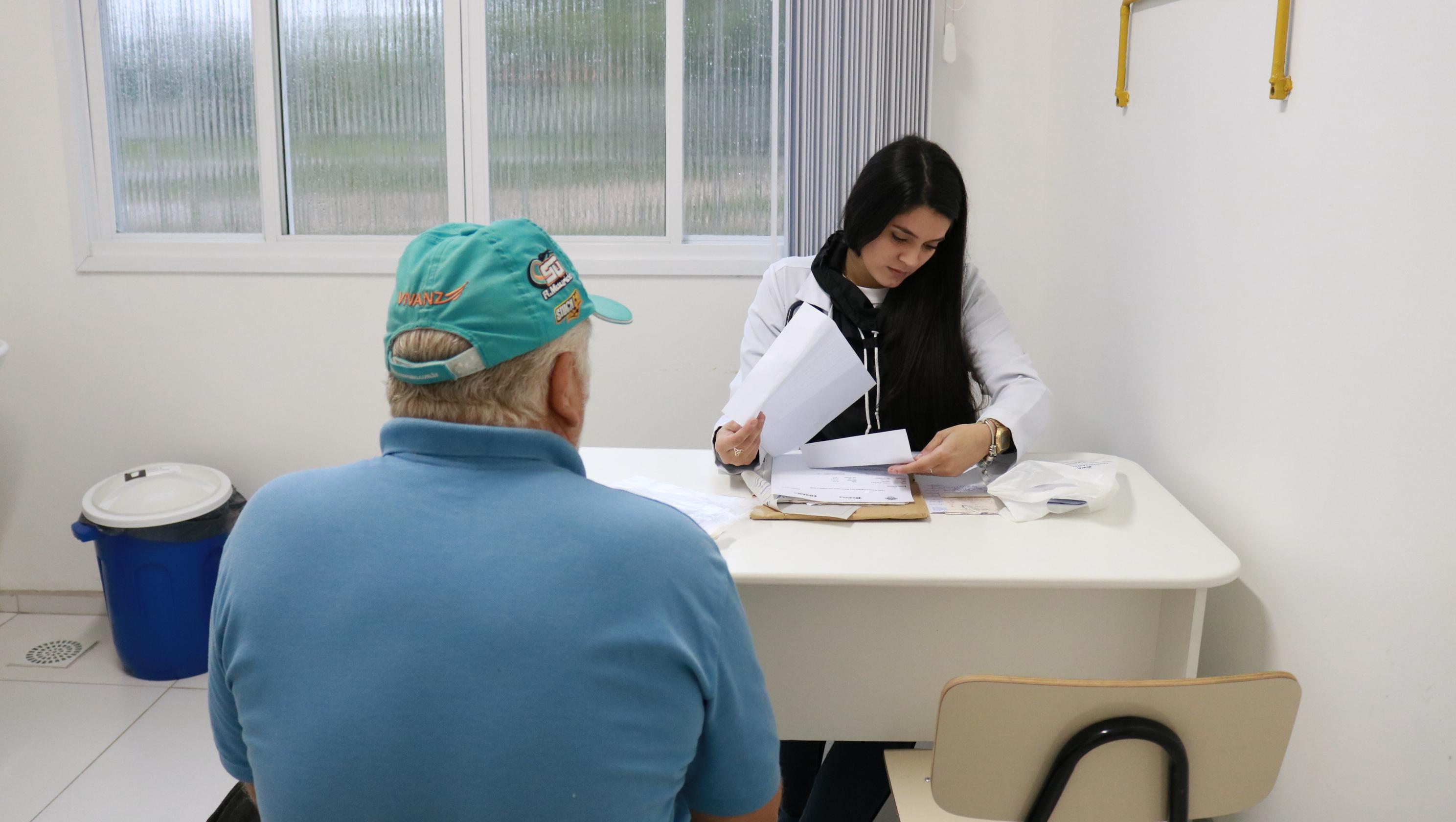 acadêmica da medicina realizando atendimento na UBS Sanga Funda