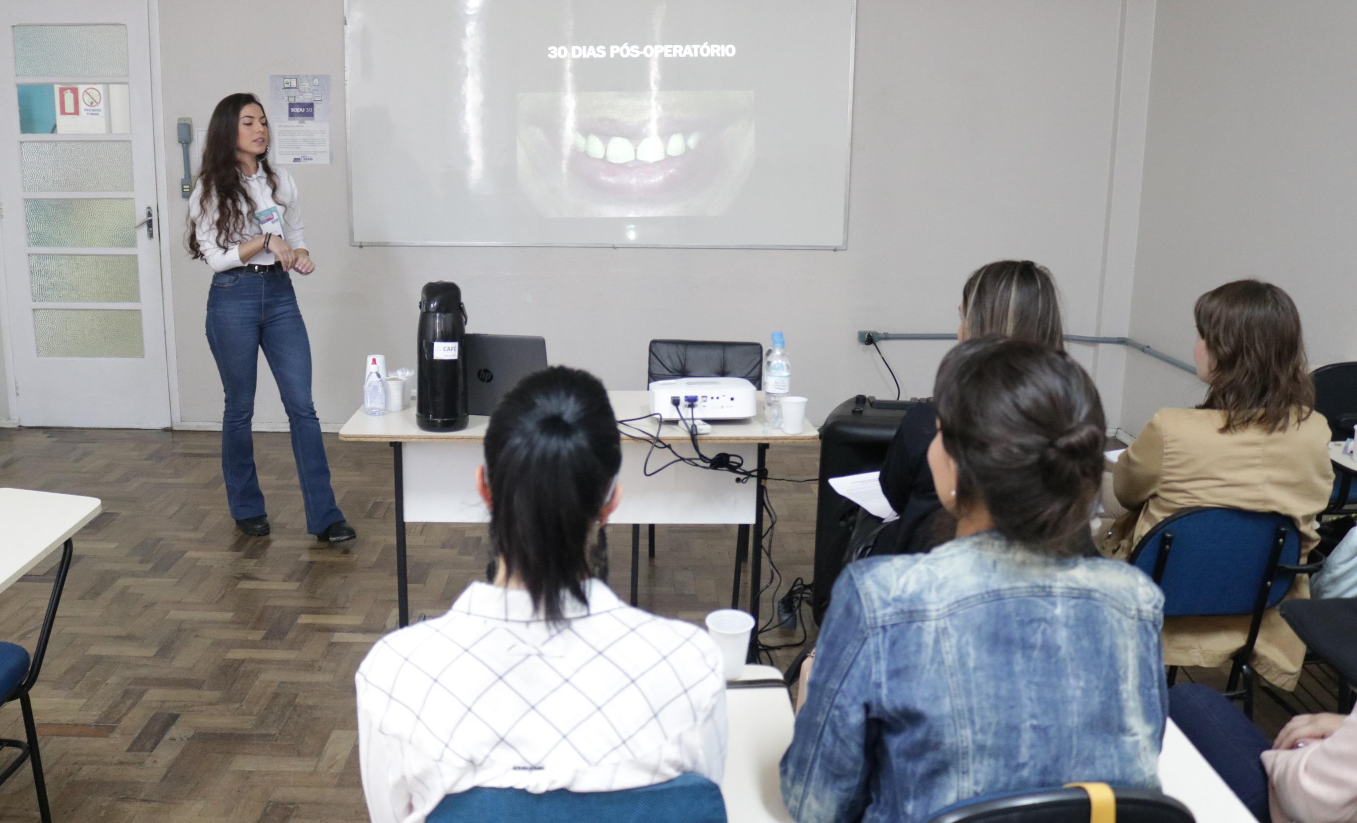 aluna do curso de odontologia apresentando trabalho no salão universitário 2019