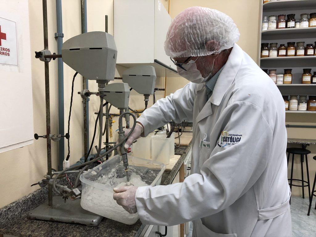 Professor produz álcool gel em laboratório