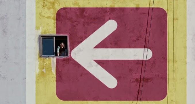 """Na cena do filme """"Medianeras"""", Mariana aparece em pequena janela de uma medianera"""