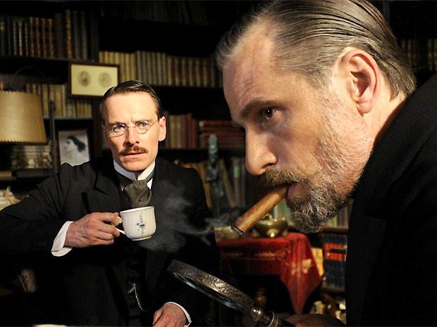 """""""Um método perigoso é um dos filmes ideais para os estudos em Psicologia. Na cena, Carl Jung e Sigmund Freud debatem em escritório"""