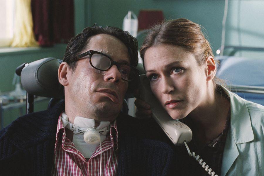 """""""O escafandro e a borboleta"""" é um dos filmes ideais para os estudos em Enfermagem. Na cena, enfermeira auxilia Jean-Dominique Bauby"""