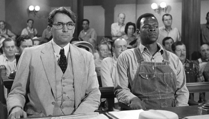 """""""O sol nasce para todos"""" é um dos filmes ideais para os estudos em Direito. No tribunal, Atticus Finch defende lavrador negro"""